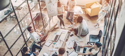 Menschen in einem Meetingraum Young people work in modern office
