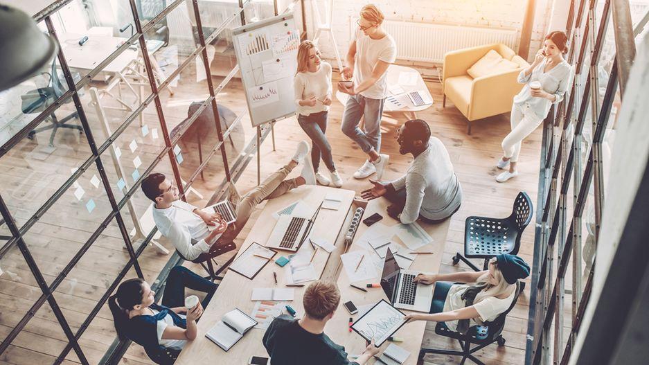 Junge Menschen sintzen im Besprechungsraum.