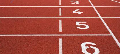 Bild von einer nummerierten Laufbahn auf dem Sportplatz