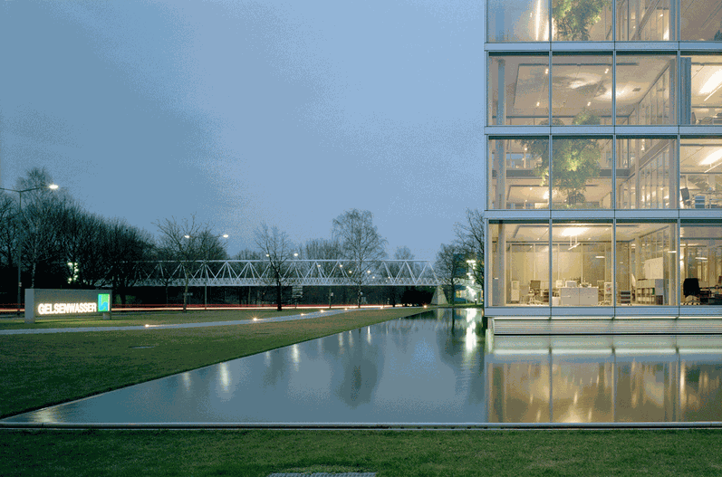 Teich an Gebäude