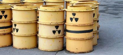 Gelbe Fässer mit Warnzeichen Atommüll