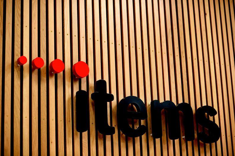 Holzwand wo Logo enthalten ist