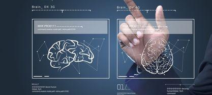 Bild von menschlicher Hand, die ein transparentes Display bedient