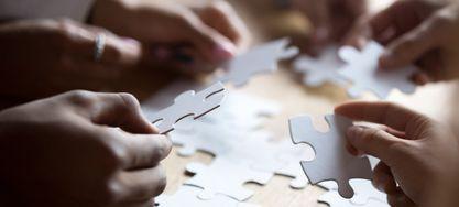 Mitglieder lösen ein Puzzel zusammen