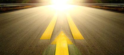 Bild einer Straße mit Pfeil in Richtung Vorne