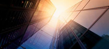 Sichtwinkel vom Boden zwischen Gebäuden
