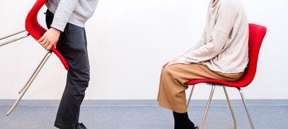 Zwei Personen sitzen sich gegenüber