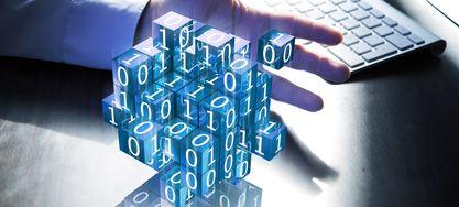 Hand mit Binärcode