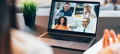 Laptopbildschirm mit verschiedenen Gesichtern in einer Online-Konferenz