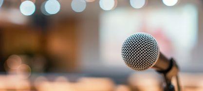 Mikrofon vor einem Auditorium